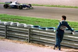 Damon Hill, Arrows watches the new World Champion Jacques Villeneuve, Williams
