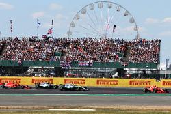 Sebastian Vettel, Ferrari SF71H lidera y Kimi Raikkonen, Ferrari SF71H se toca con Lewis Hamilton, Mercedes-AMG F1 W09