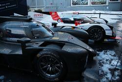 WEC araçları, Paris'teki toplantının gösteri alanında kar altında