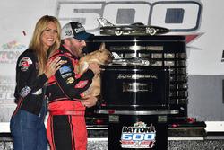 1. Austin Dillon, Richard Childress Racing Chevrolet Camaro, mit Ehefrau Whitney Ward