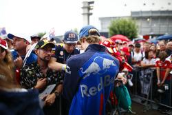 Brendon Hartley, Toro Rosso, taraftarlara imza dağıtıyor