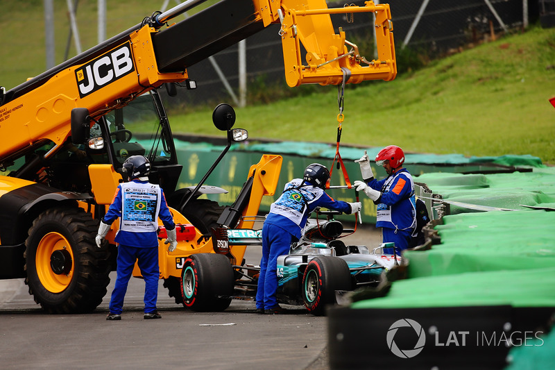 Marshals remove the damaged car of Lewis Hamilton, Mercedes AMG F1 W08, after he crashed out of Q1