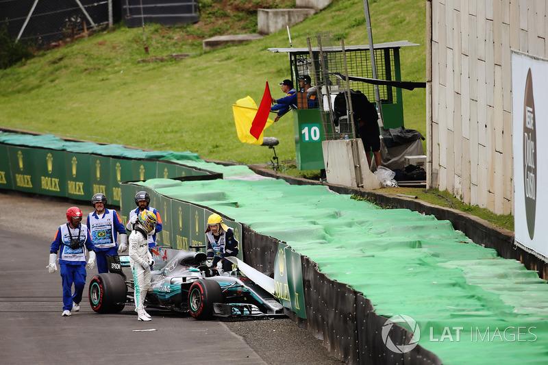 Lewis Hamilton, Mercedes AMG F1 W08, climbs from his crahsed car