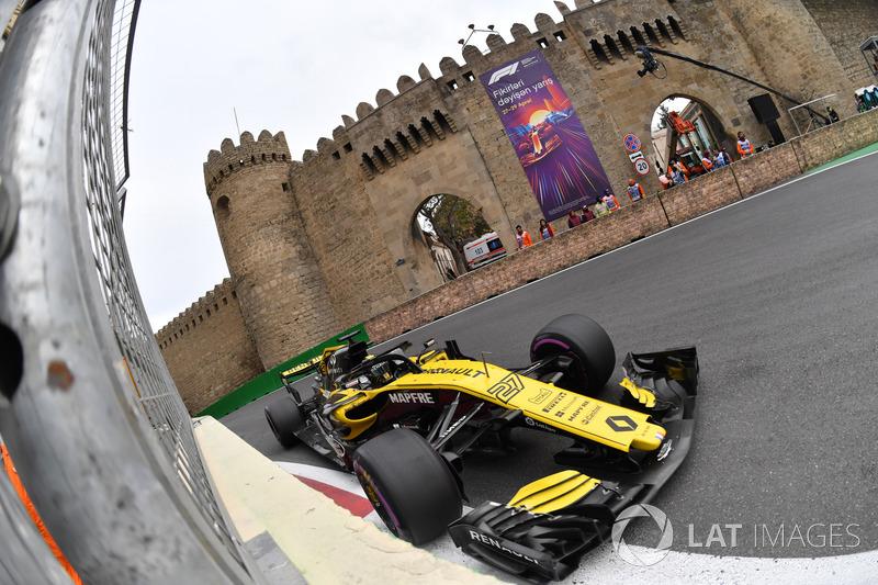 18 кругов спустя Нико потерял машину и ударился об стену задним левым колесом