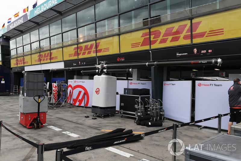 Haas F1 Team pit box hazırlıkları