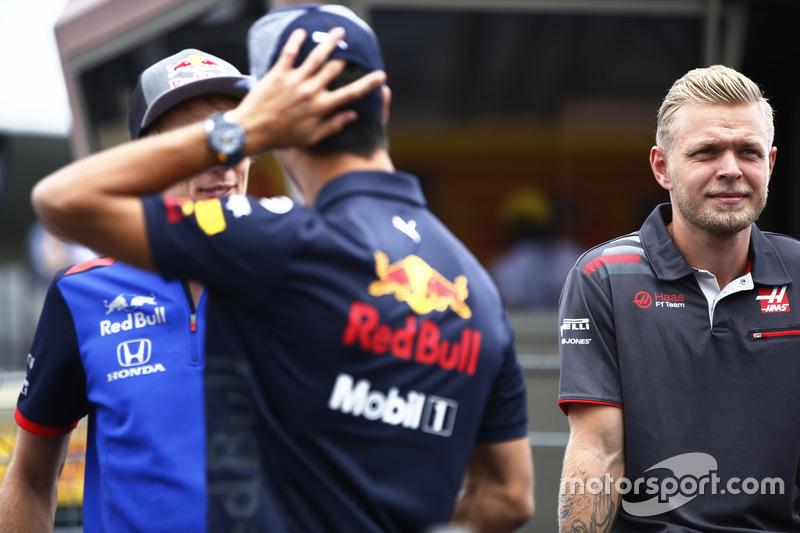 Brendon Hartley, Toro Rosso, talks con Daniel Ricciardo, Red Bull Racing, y Kevin Magnussen, Haas F1 Team