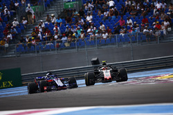 Kevin Magnussen, Haas F1 Team VF-18, leads Brendon Hartley, Toro Rosso STR13