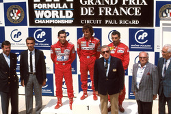 Podio: el ganador del GP de Francia 1988 Alain Prost, McLaren, segundo Ayrton Senna, McLaren, tercero Michele Alboreto, Ferrari