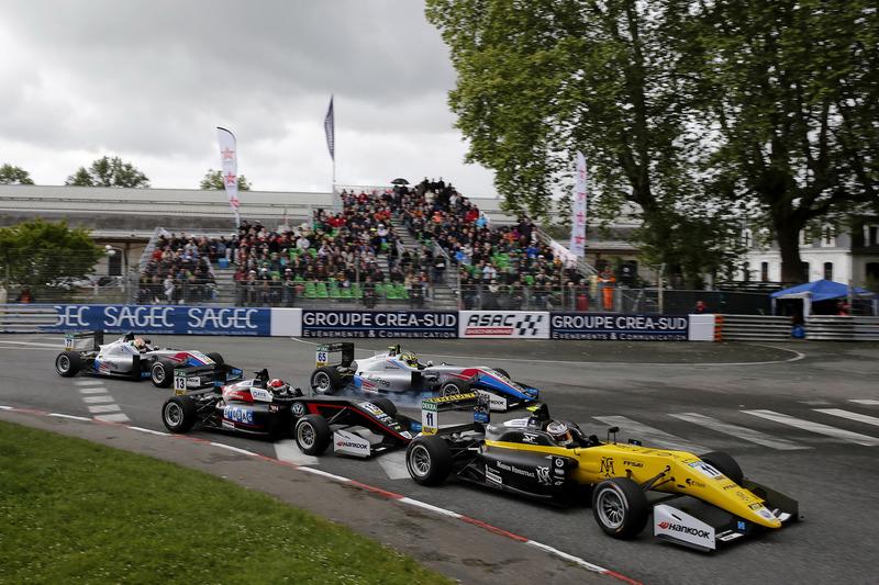 Au départ de la course, Sacha Fenestraz, Carlin Dallara F317 - Volkswagen mène