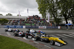 Start of the race, Sacha Fenestraz, Carlin Dallara F317 - Volkswagen leads