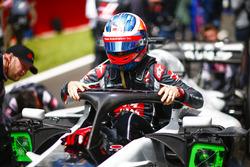 Romain Grosjean, Haas F1 Team, sale de su cabina en la grilla