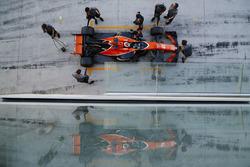Stoffel Vandoorne, McLaren MCL32, stops in his pit garage