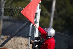 Un commissaire agite un drapeau rouge