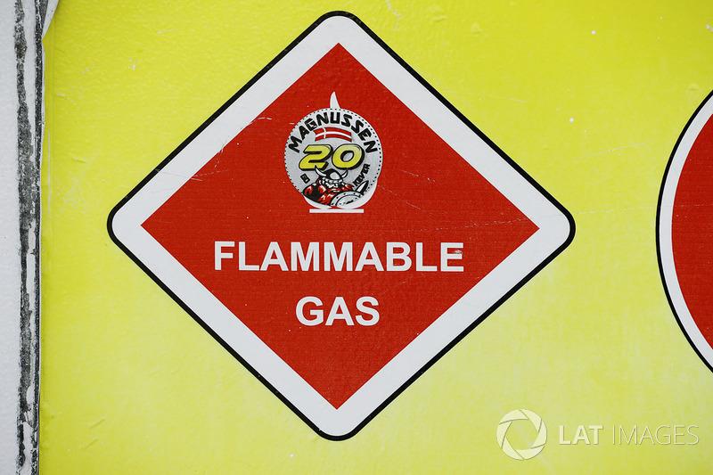 Обозначение огнеопасного газа в гараже Haas F1 Team