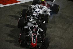 Romain Grosjean, Haas F1 Team VF-18 Ferrari, Charles Leclerc, Sauber C37 Ferrari