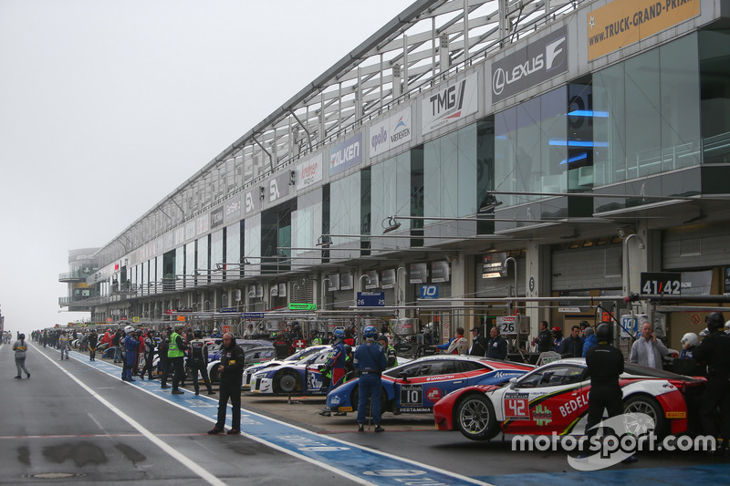 Atmosphere pitlane