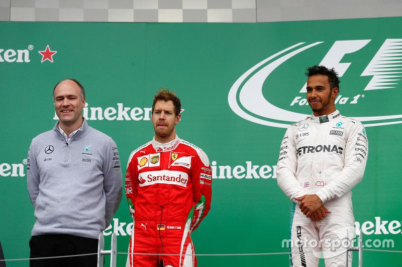 Переможець гонки Льюїс Хемілтон, Mercedes AMG F1 на подіумі