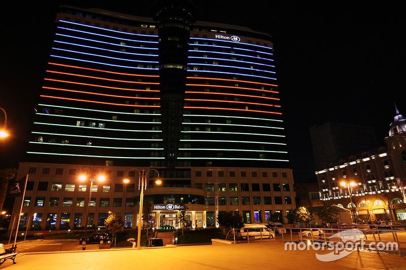 El hotel Hilton en la noche