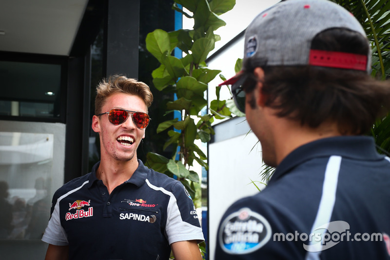 (L n. R): Daniil Kvyat, Scuderia Toro Rosso mit Carlos Sainz Jr., Scuderia Toro Rosso