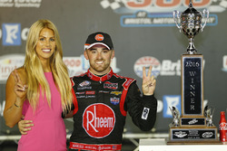 Sieger Austin Dillon, Richard Childress Racing, Chevrolet, mit seiner Verlobten Whitney Ward