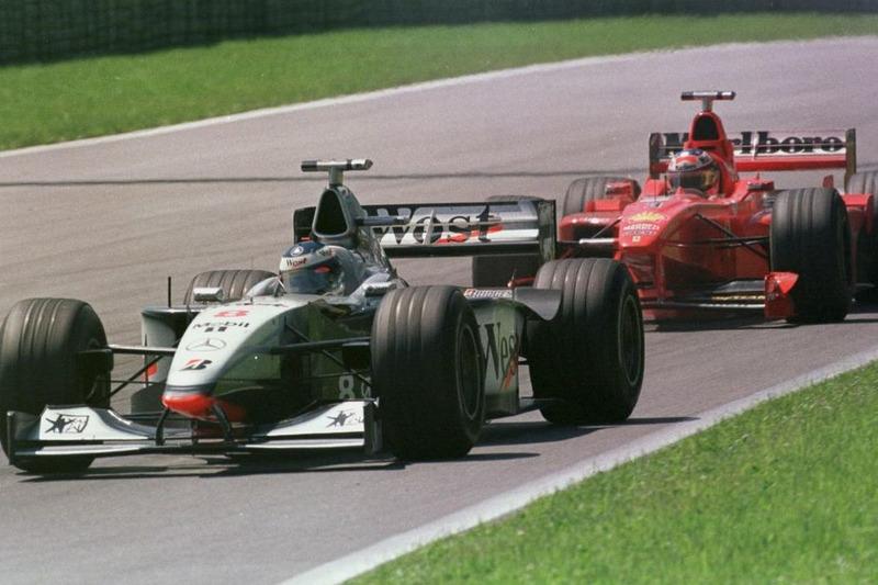 1998: Mika Hakkinen (perseguido por Michael Schumacher en la foto)