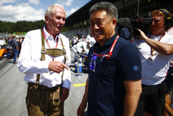 Helmut Markko, Consultant, Red Bull Racing, and Masashi Yamamoto, General Manager, Honda Motorsport, on the grid