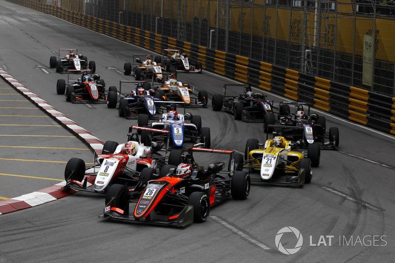 Педро Пике, Van Amersfoort Racing, Dallara Mercedes, и Гуанью Чжоу, SJM Theodore Racing by Prema, Da