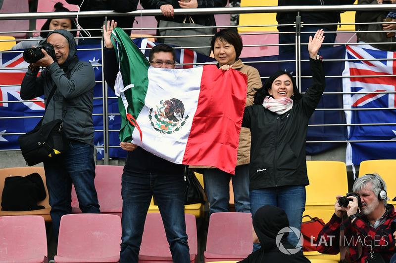 Fans y una bandera de México