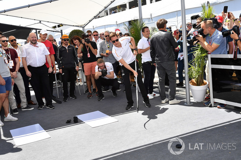 Stoffel Vandoorne, McLaren plays hockey