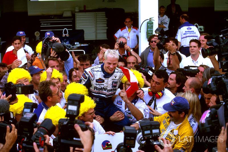 Jacques Villeneuve et son équipe Williams fêtent le titre de Champion du monde