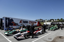 Graham Rahal, Rahal Letterman Lanigan Racing Honda y otros autos esperan para ir a la inspección técnica