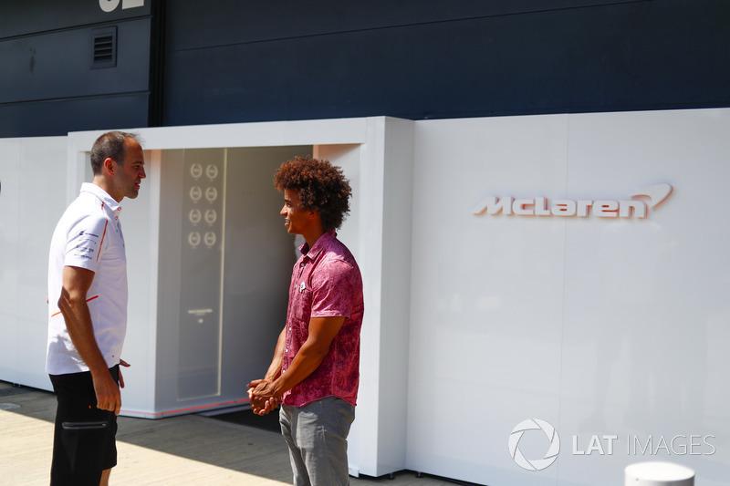 L'ingénieur de McLaren, Tom Stallard, avec Radzi Chinyanganya