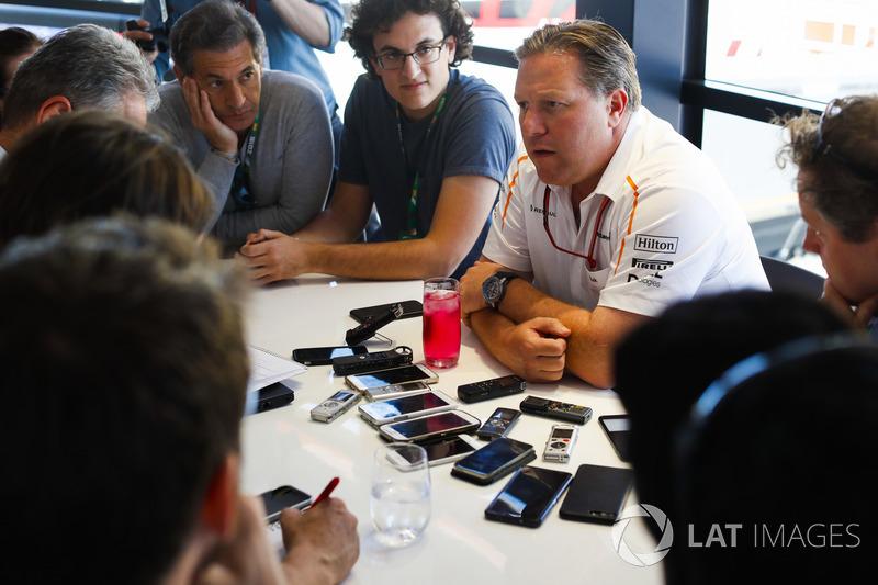 Zak Brown, CEO de McLaren Technology Group, realiza una conferencia de prensa
