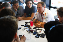 Zak Brown, CEO, McLaren Technology Group, tiene una conferenza stampa