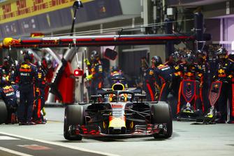 Daniel Ricciardo, Red Bull Racing RB14, sort de son stand