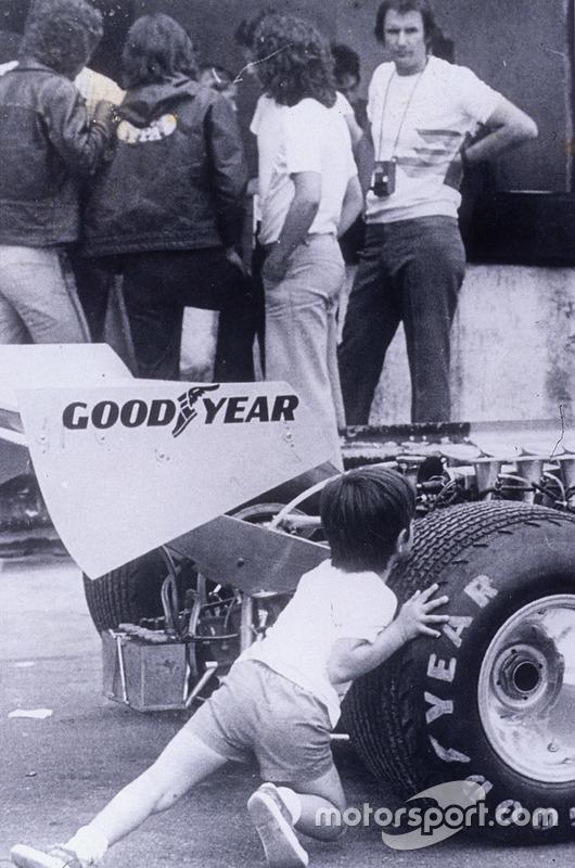 Aqui Christian tenta empurrar o carro da Copersucar F1 sob os olhares do pai, Wilson Fittipaldi