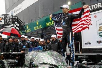 #10 Wayne Taylor Racing Cadillac DPi: Renger Van Der Zande, Jordan Taylor, Fernando Alonso, Kamui Kobayashi op het podium