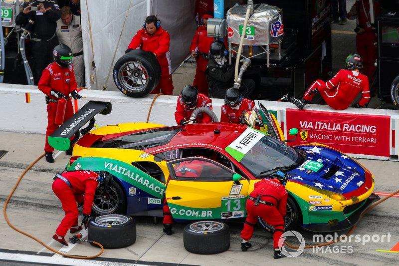 #13 Via Italia Racing Ferrari 488 GT3, GTD: Chico Longo, Victor Franzoni, Marcos Gomes, Andrea Bertolini, Pit Stop