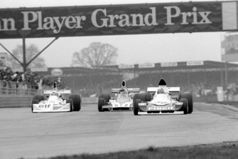John Nicholson Lyncar 006 (car no 50) ve Lella Lombardi March 751 (car no 10) ve Tony Trimmer Safir Cosworth (car no 52