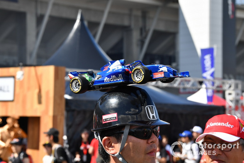 Scuderia Toro Rosso fan and hat