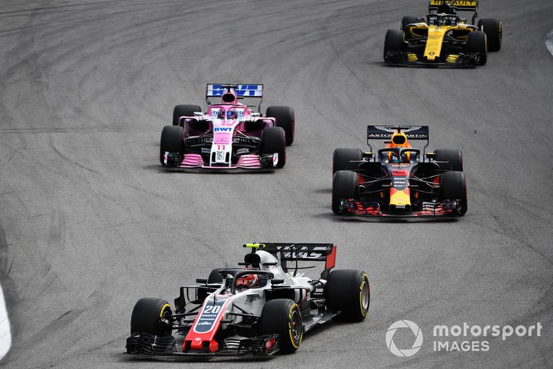 Кевін Магнуссен, Haas F1 Team VF-18 попереду Даніеля Ріккардо, Red Bull Racing RB14 та Серхіо Переса, Racing Point Force India VJM11
