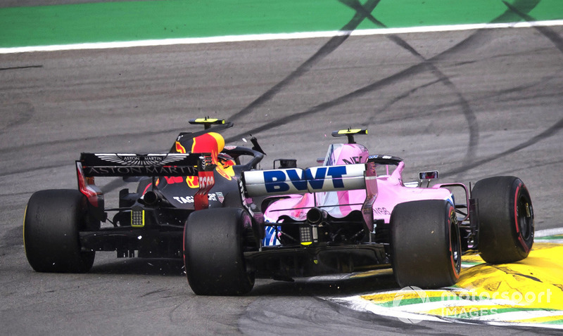 El líder Max Verstappen, Red Bull Racing RB14 choca con Esteban Ocon, Racing Point Force India VJM11