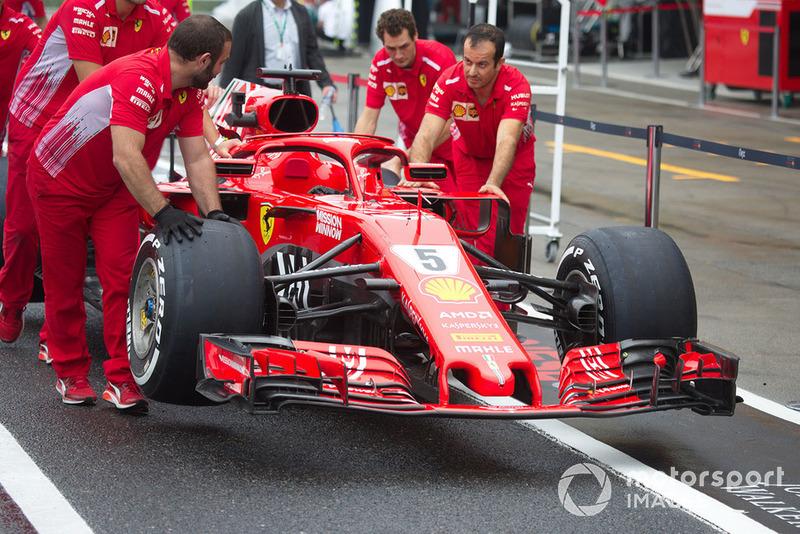 Механіки Ferrari штовхають Ferrari SF71H з новою лівреєю