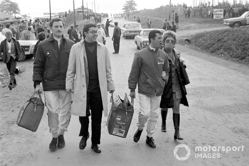 Graham Hill, Lotus, und Mario Andretti, Lotus, mit Ehefrau Dee Ann