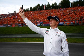 Max Verstappen, Red Bull, prend une photo avec ses fans