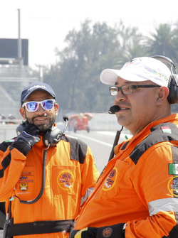 Oficiales de pista practican en un ensayo de seguridad previo al GP de México