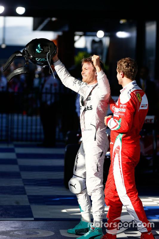 Racewinnaar Nico Rosberg, Mercedes AMG F1 viert feest in parc fermee met als derde geëindigde Sebastian Vettel, Ferrari