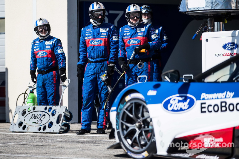 Mechanics of the #66 Ford Chip Ganassi Racing Team UK Ford GT: Billy Johnson, Stefan Mücke, Olivier