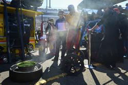 Aufgeschlitzter Reifen von Joey Logano, Team Penske, Ford