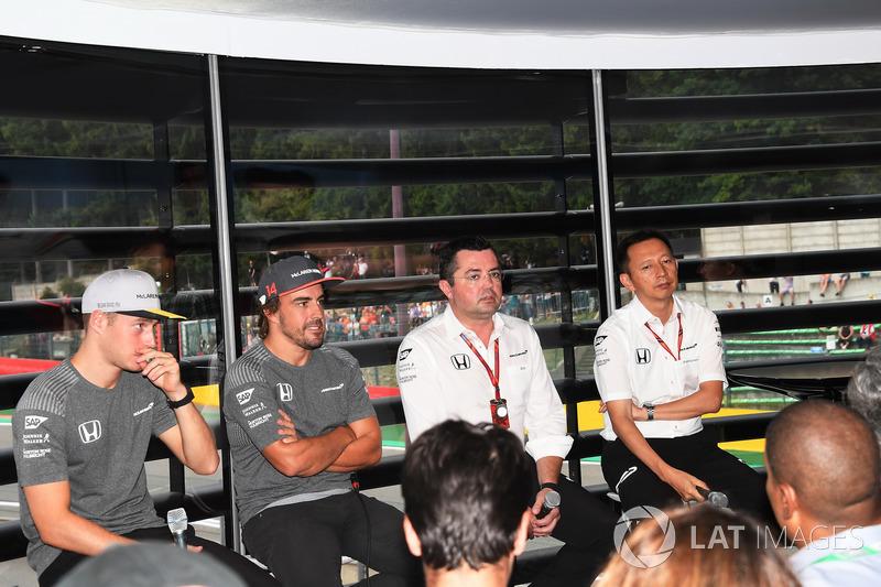 Stoffel Vandoorne, McLaren, Fernando Alonso, McLaren, Eric Boullier, Director de carreras de McLaren y Yusuke Hasegawa, Director de Motorsport de Honda